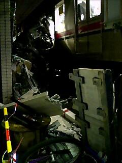 電車と車の衝突事故